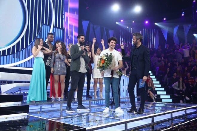 Мики награждают с победой и путевкой на Евровидение 2019