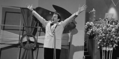 Доменико Модуньо исполняет Nel Blu Dipinto Di Blu, также известного как Воларе, в 1958 году. (© Stichting Beeld & Geluid)