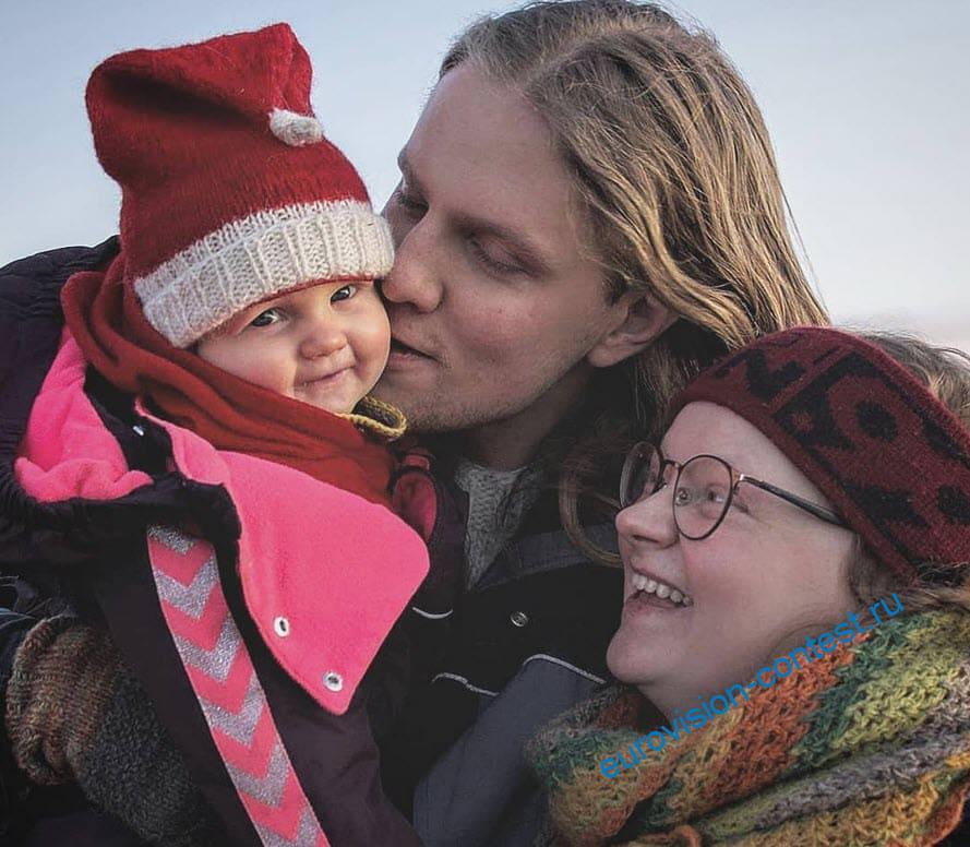 Daði Freyr с дочкой и женой